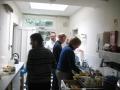 Pēc pusdienām piedalijāmies kopīgā trauku mazgāšanā. Draudzes priekšniecei Rūtai bija pirmā roka.