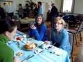 Pirmie jau bauda Helgas sarūpētās kūkas. Citi vēl tikai stāv rindā, bet drīz jau arī tiem tiks. Mums smaida Rita un Ingūna.