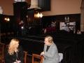 Draudzes priekšniece Rūta sarunājas ar Deinu