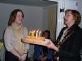 Ārija pasniedz kūku jubilārei Terēzei