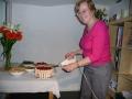 Draudzes priekšniece Rūta griež pašas cepto kūku