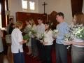 Ārija Brūniņa pasniedz ziedus no Rofantas saimes