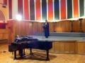 Svētbrīdi vada Apv. Londonas un Miera draudzes māc. E. Zikmane, pie klavierēm D. Klārks