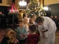 Luerāņu Baznīcas Lielbritānijā bīskape Jāna Jēruma-Grīnberga svētī klātesošos bērniņus