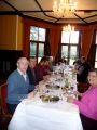 Pusdienas Rofantā. Priekšā redzams draudzes kasieris Aivars Upmacis ar sievu Munnu
