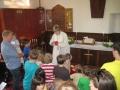 Mācītāja bērniem izdala šokolādes oliņas