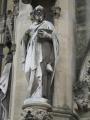 Viena no katedrāles statujām