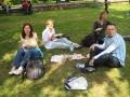 Laiks pusdienām. Pikniks Viktorijas laukuma parkā. No kreisās Una, Ingūna, Sabīne un Normunds.