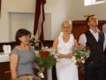 Pēc dievkalpojuma Gata mamma apsveic dēlu. Viņa atbraukusi no Skotijas, lai būtu klāt dēla kistībās un iesvētībās.