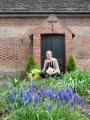 Rūta Abakuka ar pateicības dāvanu pie dievnama durvīm