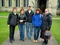 Māc. Elīza, Gunita, Normunds, Una un Rūta pie Solsberijas katedrāles