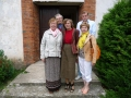 Ārpus Līvānu baznīcas- priekšā no kreisās puses: Rūta Abakuka, draudzes priekšniece Dzidra Ušacka, Anita Reitere. Aizmugurē: Dzidras Ušackas tēvs Jānis un saeimas deputāts Jānis Klaužs