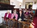 Daļa no draudzes pirms dievkalpojuma