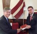 Prāvests Andris Abakuks pasniedz jauno Bībeles tulkojumu vēstniekam Eduardam Stiprajam
