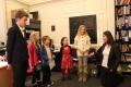 Lauma Lazda diriģē bērnu mēģinājumu pirms priekšnesuma