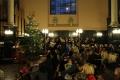Baznīcēni klausās kora dziesmu