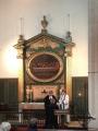 Māc. Elīza Zikmane un māc. Gita Putce izdala Svēto Vakarēdienu prāvestam Dr. Andrim Abakukam