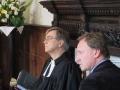 Prāvests Andris un Kaspars klausās dziesmā
