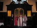 No kreisās; prāv. Andris Abakuks, bīsk. Jāna Jēruma-Grīnberga, arch. Elmārs Ernsts Rozītis, draudzes māc. Elīza Zikmane
