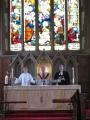 Gatavojamies Svētajam vakarēdienam. No kreisās Māc. Elīza Zikmane, archibīskaps Elmārs Ernsts Rozītis un prāv. Dr. Andris Abakuks