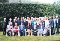 1. rindā no kreisās: DVF goda priekšnieks J. Frišvaldis, E. Sarkanbārde, prāv. G. Abakuks, Latvijas vēstniecības Lielbritānijā sekretāre I. Liepiņa, prāv. J. Jurģis, diak. G. Putce un māc. A. Putce. 2. rindā redzami Baznīcas pārvaldes priekšnieks prof. Dr. R. Vītols, Dr. A. Abakuks un Vidusanglijas draudzes priekšnieks E. Mūrnieks.