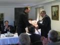 Māc. Uģis Brūklene pasniedz dāvanu no Irijas draudzes prāv. Dr. Andrim Abakukam