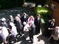 Baznīcēni sasveicinās ar garīdzniekiem pēc Vasarsvētku dievkalpojuma