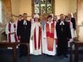 Jaunā mācītāja Daira Vāvere ar archibīskapi Laumu Zušēvicu, garīdzniekiem un viesiem