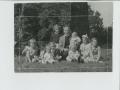 Londonas latviešu draudzes mācītājs Roberts Slokenbergs bērnu vidū, draudzes muižā Rowfantā (1954.g.)